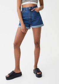 PULL&BEAR - MIT UMGESCHLAGENEM SAUM - Denim shorts - blue - 0