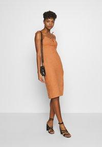 Glamorous - MIDI CAMI DRESS WITH TIE - Vestido informal - apricot - 1