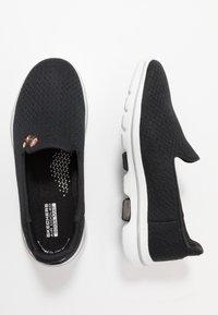Skechers Performance - GO WALK 5 GARLAND - Chaussures de course - black/white - 1