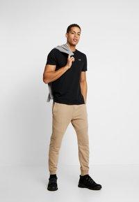 Hollister Co. - CREW - Camiseta estampada - black - 1