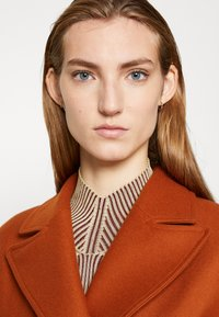 AKNVAS - MONA - Classic coat - rust - 3