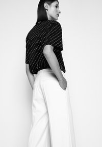 Victoria Victoria Beckham - HIGH WAIST STRAIGHT LEG TROUSER - Trousers - cream - 3