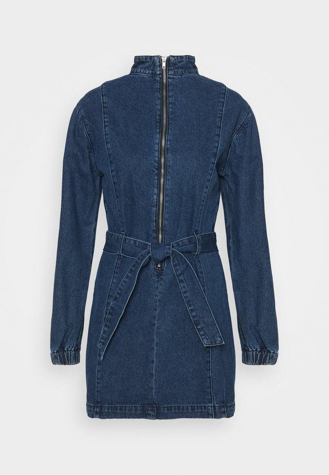 MINI DRESS WITH PUFF LONG SLEEVES HIGH NECK AND TIE BELT - Spijkerjurk - dark stonewash