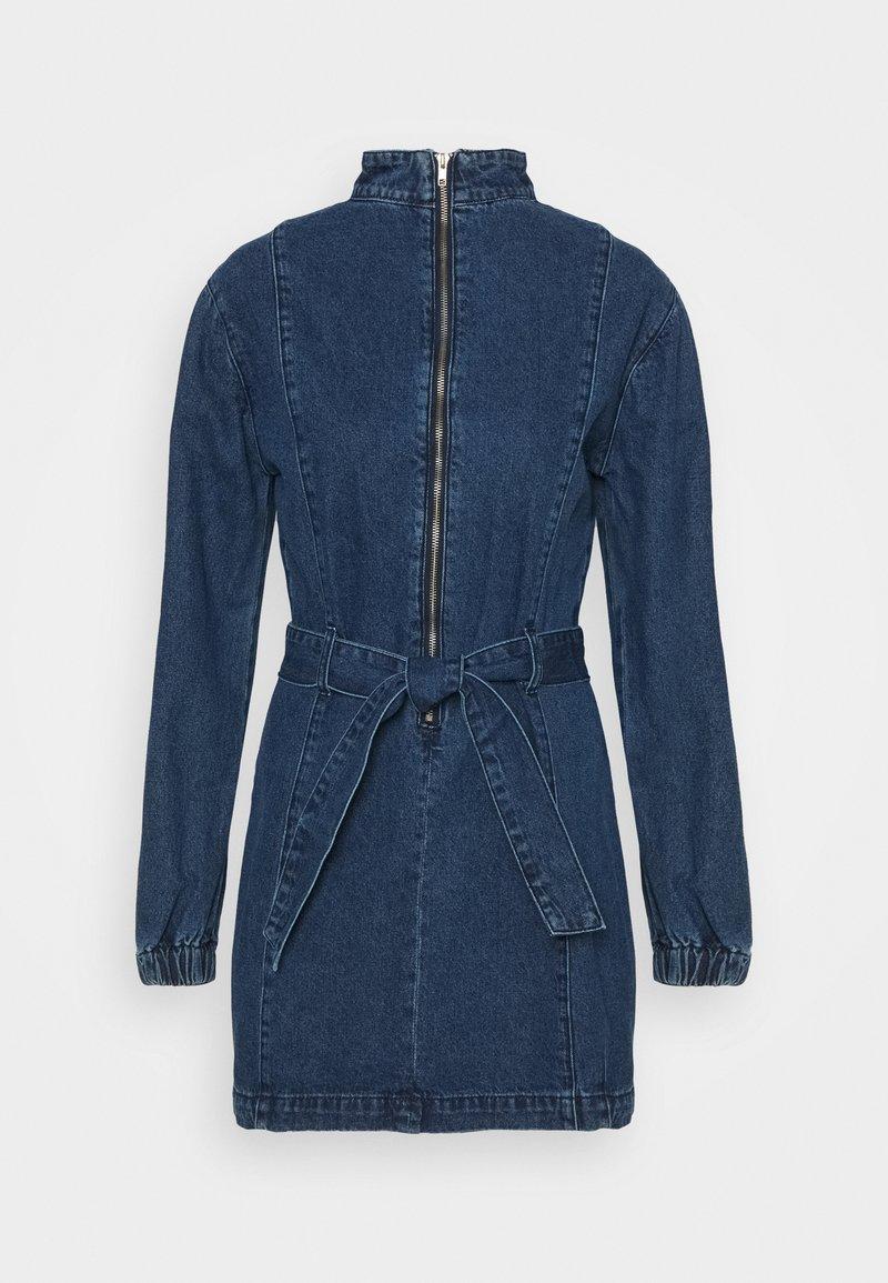 Glamorous - MINI DRESS WITH PUFF LONG SLEEVES HIGH NECK AND TIE BELT - Sukienka jeansowa - dark stonewash