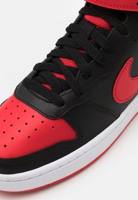 Nike Sportswear - COURT BOROUGH MID UNISEX - Vysoké tenisky - black/university red/white - 5