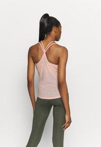 Nike Performance - POINTELLE TANK - Camiseta de deporte - arctic orange/orange pearl - 2