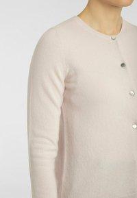 cashmere stories - RUNDHALS - Cardigan - rosé - 3