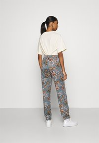 ONLY - ONLELCOS EMMA LONG PANT - Tracksuit bottoms - balsam green - 2
