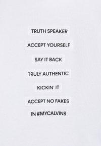 Calvin Klein Jeans - SLOGAN HOODIE - Mikina skapucí - white - 4