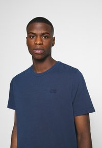 Levi's® - AUTHENTIC CREWNECK TEE - Basic T-shirt - dark blue - 4