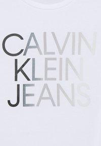 Calvin Klein Jeans - GRADIENT HERO LOGO - T-shirt print - white - 2