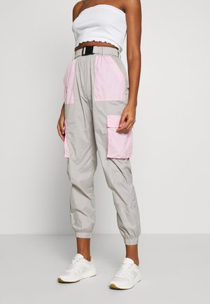 CODE CREATE BUCKLE BELT TRACKSUIT BOTTOMS - Tracksuit bottoms - grey/pink