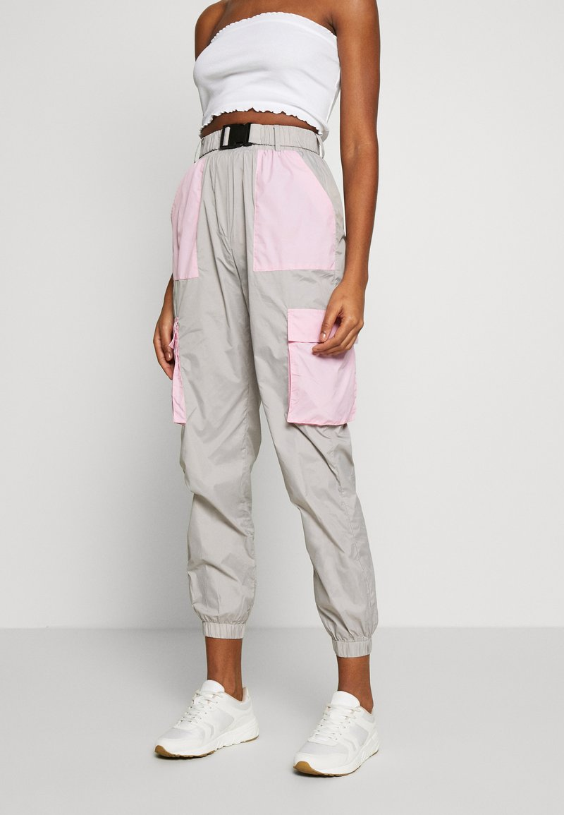 Missguided - CODE CREATE BUCKLE BELT TRACKSUIT BOTTOMS - Trainingsbroek - grey/pink