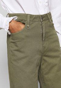 Neuw - MAGAZINE PANT - Trousers - military - 5