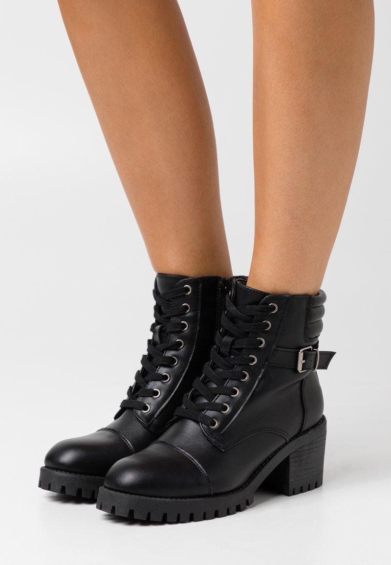 Madden Girl - HARLEE - Šněrovací kotníkové boty - black