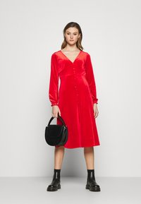 Monki - LOUISA DRESS - Vestido de cóctel - red - 1