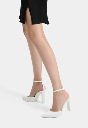 SLINGBACKS MIT UND RIEMCHEN  - Classic heels - white