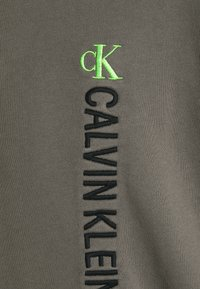 Calvin Klein Jeans - CREWNECK UNISEX - Felpa - elephant skin - 6
