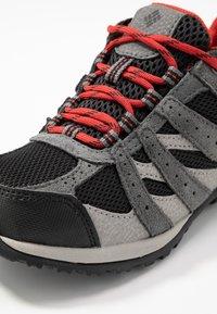 Columbia - YOUTH REDMOND WATERPROOF - Hiking shoes - black - 2