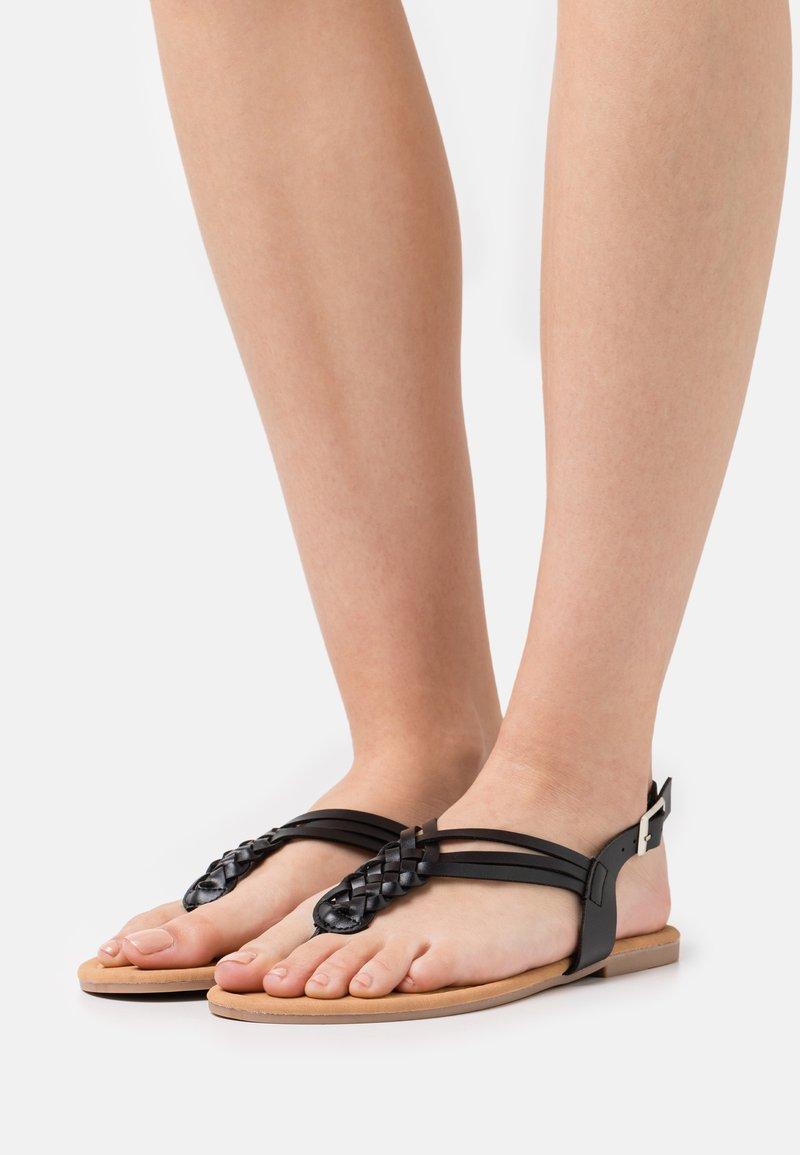 South Beach - PLAITED - Sandály s odděleným palcem - black