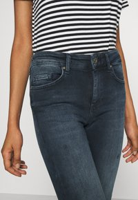 ONLY - ONLBLUSH LIFE MID RAW  - Jeans Skinny Fit - blue / black - 4