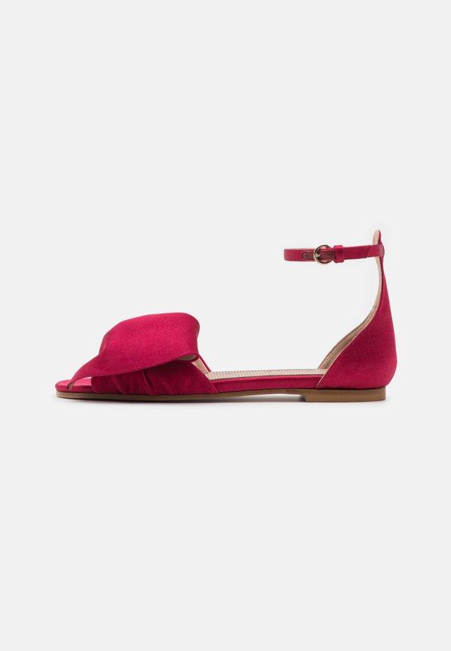 Sandaalit nilkkaremmillä - scarlatto