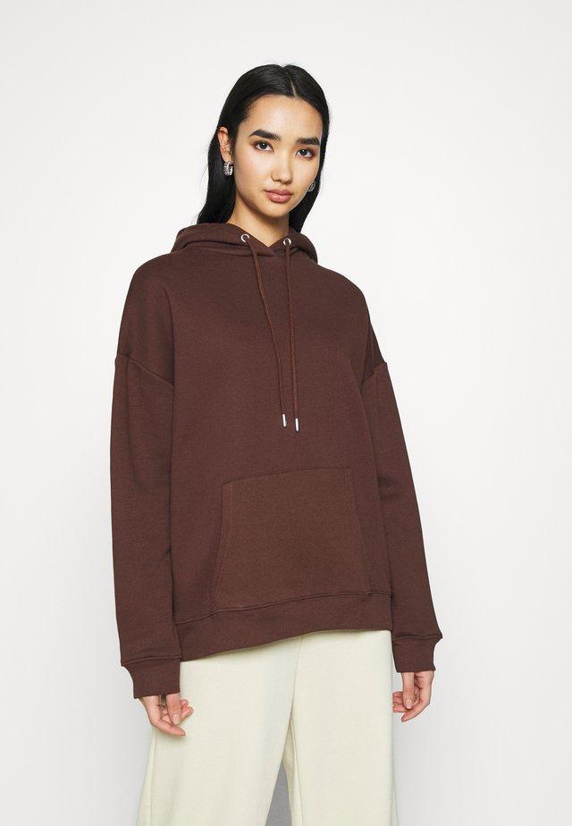 OVERSIZED HOODIE - Bluza z kapturem - brown