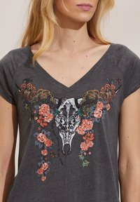 Odd Molly - HENNA - Print T-shirt - asphalt - 3