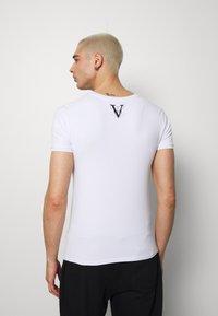 Volé la lumière - RHINESTONE SKULL - Print T-shirt - white - 2