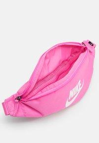 Nike Sportswear - HERITAGE UNISEX - Bum bag - china rose/white - 2