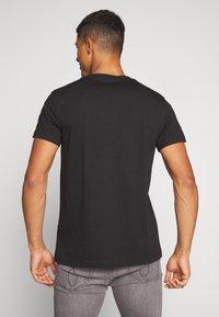 Calvin Klein Jeans - INSTIT CHEST TEE - Print T-shirt -  black - 2