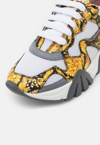 Versace - Trainers - black/gold/white - 5