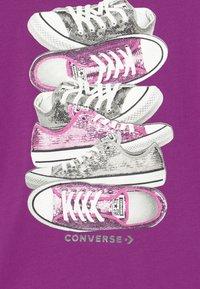 Converse - SHOE STACK - Camiseta estampada - icon violet - 2