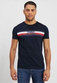 Tommy Hilfiger - LOGO TEE - T-shirts med print - blue - 0