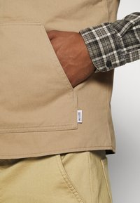 Only & Sons - ONSMAGNES LIFE REVERSIBLE VEST  - Waistcoat - chinchilla - 5
