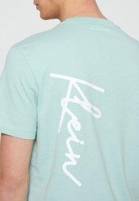 Calvin Klein - SUMMER SCRIPT LOGO - T-Shirt print - green - 5