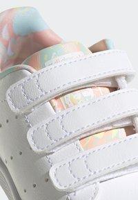 adidas Originals - STAN SMITH ORIGINALS PRIMEGREEN SHOES UNISEX - Sneakers basse - ftwr white/haze coral/ftwr white - 9