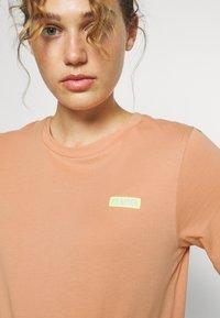 P.E Nation - DIAMOND PRESS TEE - Print T-shirt - coral mid - 4