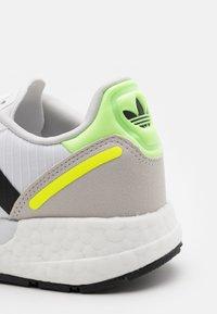 adidas Originals - ZX 1K BOOST UNISEX - Matalavartiset tennarit - footwear white/core black/solar yellow - 5