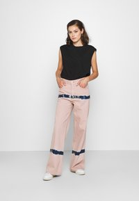 BDG Urban Outfitters - PUDDLE  - Vaqueros boyfriend - pink tie dye - 1
