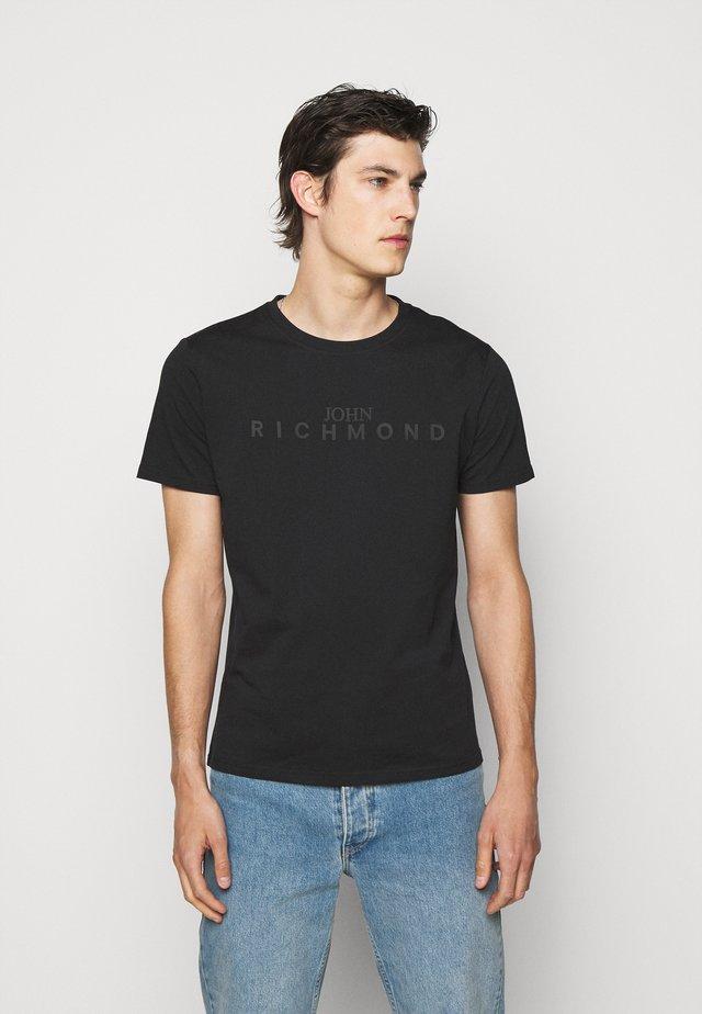 FEDERICK - T-shirts med print - black