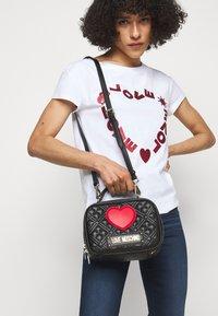 Love Moschino - CAMERA BAG BLACK EXCLUSIVE - Handbag - black - 0