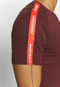 Jack & Jones - JCOCURVE TRAIN TEE CREW NECK - Print T-shirt - port royale - 5