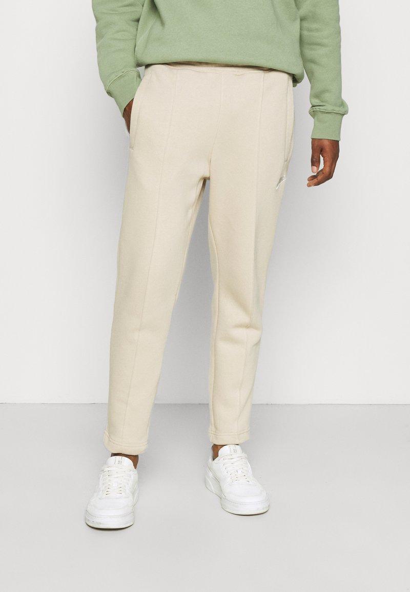 Nike Sportswear - PANT  - Pantaloni sportivi - grain