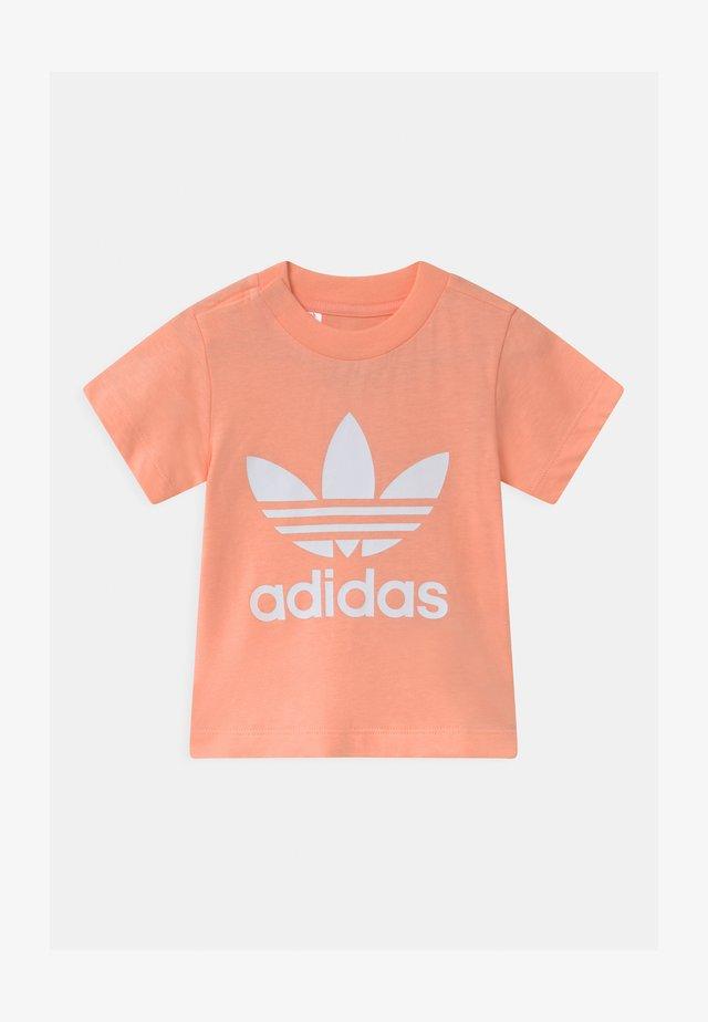 TREFOIL UNISEX - Print T-shirt - glow pink/white