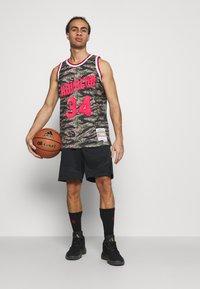 Mitchell & Ness - NBA HOUSTON ROCKETS TIGER CAMO SWINGMAN - Article de supporter - multicolor - 1