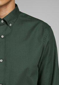 Jack & Jones PREMIUM - Koszula - dark green - 3