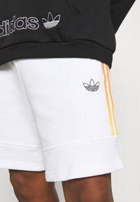 adidas Originals - Shortsit - white/multicolor - 4