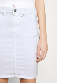 Pieces - PCLILI SKIRT  - Denim skirt - bright white - 6