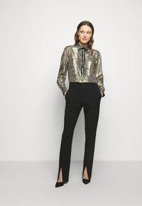 Victoria Beckham - CONTRAST TIE DETAIL  - Button-down blouse - black/gold - 1